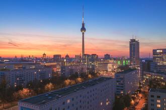 Jean Claude Castor, Skyline Berlin an der Karl Marx Allee mit Alexanderplatz zum Sonnenuntergang (Deutschland, Europa)