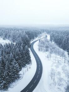 Lukas Saalfrank, Verschneite Wald Straße im Winter (Deutschland, Europa)