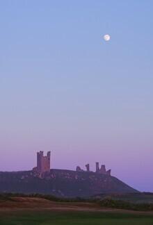 Alex Wesche, Mond über Dunstanburgh Castle (Großbritannien, Europa)