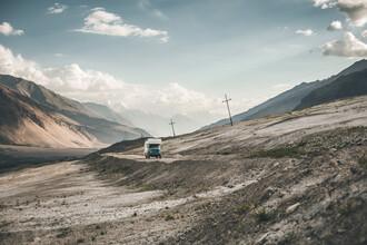 Leander Nardin, Expediton vehicle in wilderness (Tadschikistan, Asien)