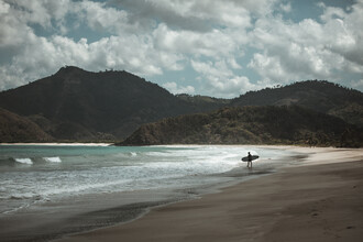 Leander Nardin, surfer on a beautiful and lonely beach (Indonesien, Asien)