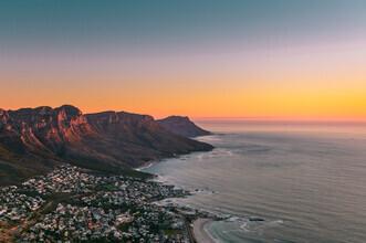 Felix Baab, Camps Bay und der Tafelberg bei Kapstadt während des Sonnenuntergangs (Südafrika, Afrika)