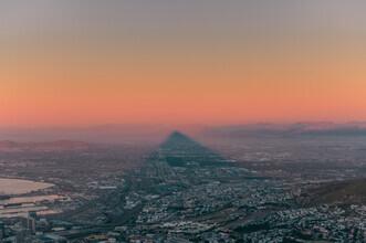 Felix Baab, Der Schatten des Lion's Head über Kapstadt während dem Sonnenuntergang (Südafrika, Afrika)