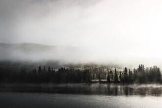 Felix Baab, Sonnenaufgang im Herbst über einem See mit Nebel (Norwegen, Europa)