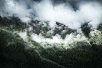 Felix Baab, Festhängende Wolkenfront in den Bergen (Norwegen, Europa)