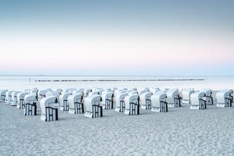 Jan Becke, Strandkörbe am Ostseestrand auf Rügen (Deutschland, Europa)