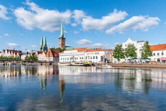 Jan Becke, Altstadt von Lübeck entlang der Trave (Deutschland, Europa)