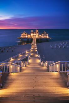 Seebrücke Sellin bei Nacht - fotokunst von Jean Claude Castor