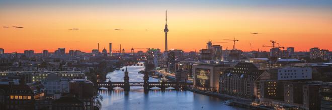 Jean Claude Castor, Berlin Skyline Mediaspree mit Fernsehturm zum Sonnenuntergang (Deutschland, Europa)