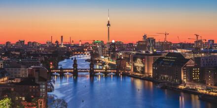Jean Claude Castor, Berlin Skyline Panorama zur goldenen Stunde (Deutschland, Europa)