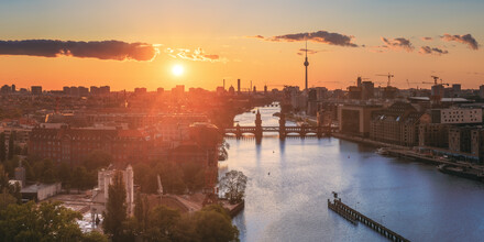 Jean Claude Castor, Berlin Skyline Panorama Sonnenuntergang Mediaspree (Deutschland, Europa)