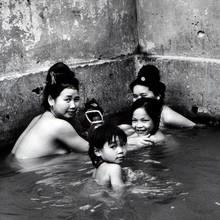 Bathing Thai Family - Son La - Nordwest Vietnam - Asien - fotokunst von Silva Wischeropp