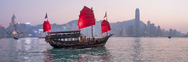 Jan Becke, Chinesische Dschunke im Victoria Harbour in Hongkong (Hong Kong, Asien)
