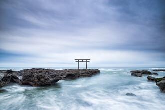 Jan Becke, Japanisches Torii an der Küste von Ibaraki (Japan, Asien)