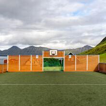 Franz Sussbauer, Kunstrasen, Schutzwand und Insel (Färöer Inseln, Europa)