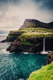 Eva Stadler, Wasserfall Múlafossur auf den Färöer-Inseln (Färöer Inseln, Europa)