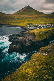 Eva Stadler, Dramatisch gelegenes Dorf Gjógv (Färöer Inseln, Europa)