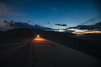 Leander Nardin, woman with lantern in the desert (Mongolia, Asia)