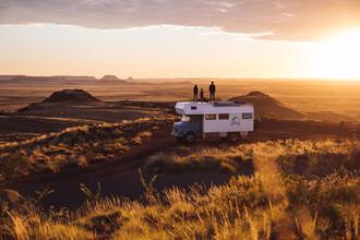 Leander Nardin, family on a truck at sunrise (Australia, Oceania)