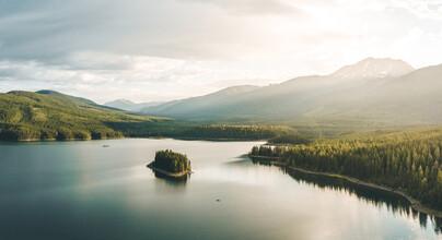Leander Nardin, small kayak in big lake (United States, North America)