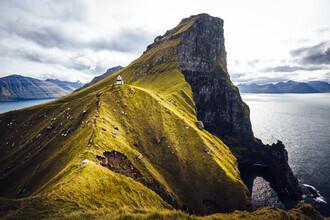 Eva Stadler, Leuchtturm Kallur beim Dorf Trøllanes auf der Insel Kalsoy (Färöer Inseln, Europa)