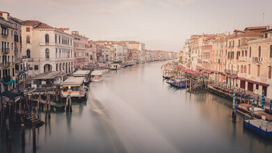 Dennis Wehrmann, Sonnenaufgang in Venedig an der Rialto Brücke (Italien, Europa)