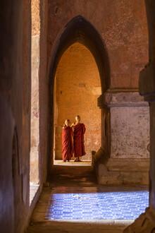 Jan Becke, Buddhistische Mönche in einem Tempel in Bagan (Myanmar, Asien)