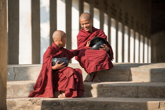 Jan Becke, Two Buddhist monks with rice bowls in Myanmar (Myanmar, Asia)