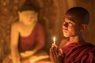 Jan Becke, Buddhist monk praying to Buddha (Myanmar, Asia)