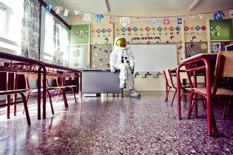 Sophia Hauk, Der Protestonaut in einem leeren Klassenzimmer (Griechenland, Europa)