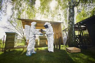 Sophia Hauk, Der Protestonaut und der Imker vor einem Bienenstock (Deutschland, Europa)