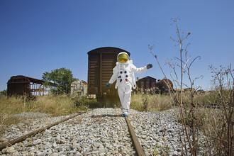 Sophia Hauk, Der Protestonaut balanciert auf einer stillgelegten Eisenbahnstrecke (Griechenland, Europa)