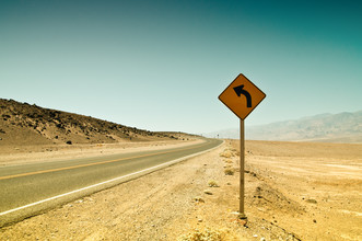 Left in the desert - fotokunst von Thomas Lhomme