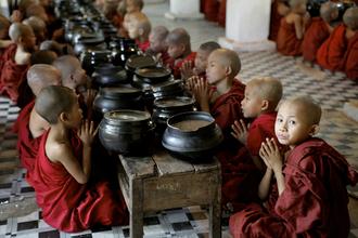 Walter Luttenberger, beten für das tägliche mahl (Myanmar, Asia)