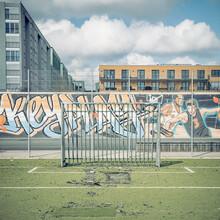 Franz Sussbauer, KUNSTRASEN, FANGZAUN, GRAFFITI (Deutschland, Europa)
