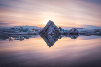 Jean Claude Castor, Jökulsarlon Gletscherlagune auf Island zum Sonnenuntergang (Island, Europa)